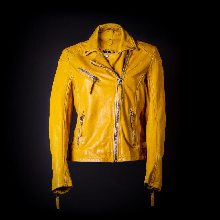Gelbe Lederjacke mit schwarzem Hintergrund