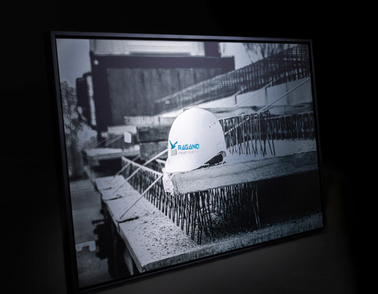 Bild von einem Helm auf einer Baustelle für die Inneneinrichtung von Ragano