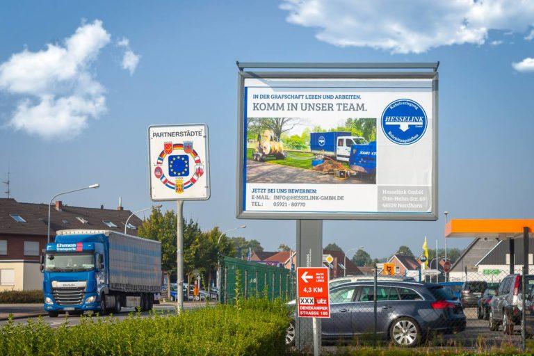 Eine Stellenanzeige der Firma Hesselink als Großflächenplakat in Nordhorn