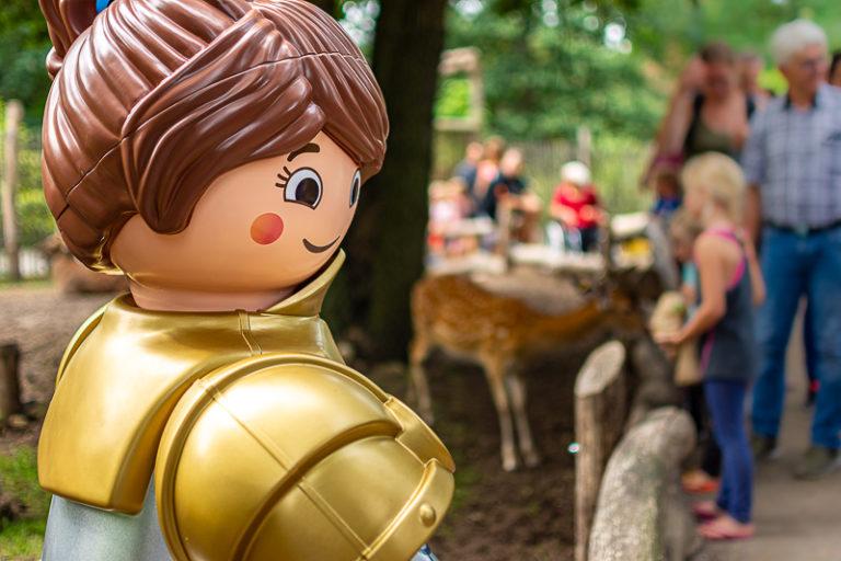 Eine Überdimensionale Playmobil-Figur im Tierpark
