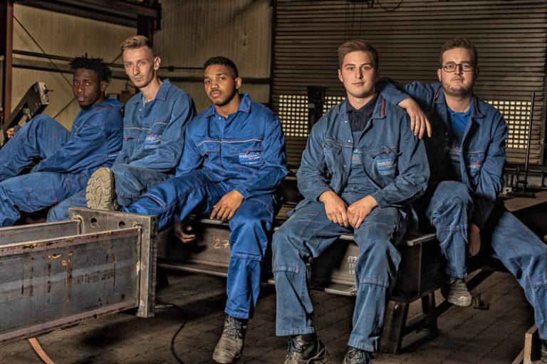 Teamfoto der Auszubildenden von rmb Busch in Arbeitskleidung
